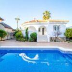 Роскошный дом с собственным бассейном и садом на берегу моря